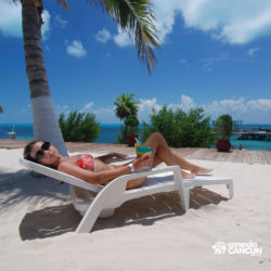 dolphin-royal-swim-vip-plus-isla-mujeres-cancun-mulher-na-cadeira-praia