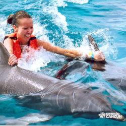 dolphin-royal-swim-vip-plus-isla-mujeres-cancun-mulher-nadando-com-golfinho