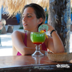 dolphin-royal-swim-vip-plus-isla-mujeres-cancun-mulher-tomando-drink