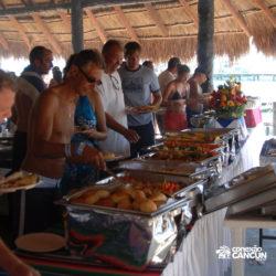 dolphin-royal-swim-vip-plus-isla-mujeres-cancun-pessoas-no-restaurante