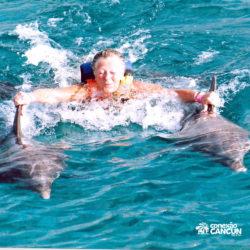 dolphin-royal-swim-vip-plus-isla-mujeres-cancun-senhora-nadando-com-golfinho