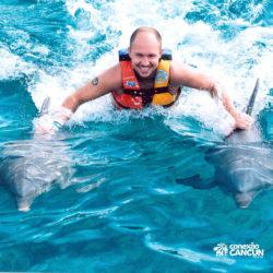 parque-garrafon-dolphin-discovery-royal-swim-vip-plus-isla-mujeres-cancun-homem-nada-com-golfinho