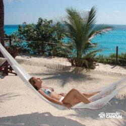 parque-garrafon-dolphin-discovery-royal-swim-vip-plus-isla-mujeres-cancun-mulher-descansa-na-rede