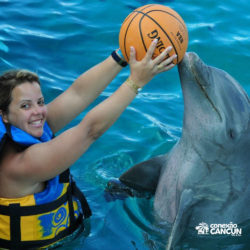 parque-garrafon-dolphin-discovery-royal-swim-vip-plus-isla-mujeres-cancun-mulher-joga-bola-golfinho