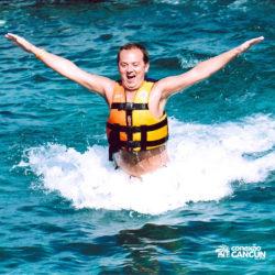 sea-life-circle-dolphin-discovery-riviera-maya-puerto-aventuras-cancun-homem-foot-push-golfinho