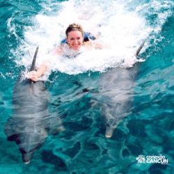 sea-life-circle-dolphin-discovery-riviera-maya-puerto-aventuras-cancun-mulher-dorsal-tow-golfinho