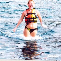 sea-life-circle-dolphin-discovery-riviera-maya-puerto-aventuras-cancun-mulher-foot-push-golfinho