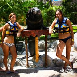sea-lion-discovery-cozumel-cancun-meninas-posam-para-foto-com-leao-marinho