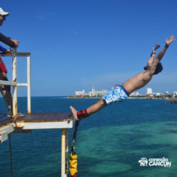 aventura-bungee-jump-extreme-adventure-bay-cancun-homem-pulando-de-costas