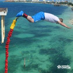 aventura-bungee-jump-extreme-adventure-bay-cancun-homem-saltando-de-frente