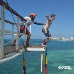 aventura-bungee-jump-extreme-adventure-bay-cancun-homem-se-preparando-para-pular