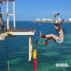 aventura-bungee-jump-extreme-adventure-bay-cancun-mulher-caindo-de-costas