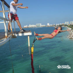 aventura-bungee-jump-extreme-adventure-bay-cancun-mulher-descendo-costas