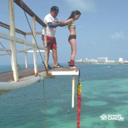 aventura-bungee-jump-extreme-adventure-bay-cancun-mulher-pronta-para-pular