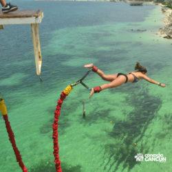 aventura-bungee-jump-extreme-adventure-bay-cancun-mulher-saltando