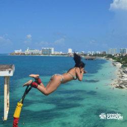 aventura-bungee-jump-extreme-adventure-bay-cancun-mulher-saltando-com-mao-no-rosto