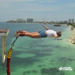 aventura-bungee-jump-extreme-adventure-bay-cancun-mulher-saltando-de-frente