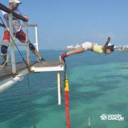 aventura-bungee-jump-extreme-adventure-bay-cancun-mulher-se-jogando-de-bracos-abertos