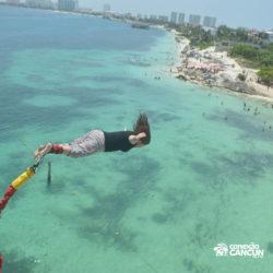aventura-bungee-jump-extreme-adventure-bay-cancun-mulher-voando
