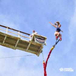 aventura-bungee-jump-extreme-adventure-bay-cancun-visao-inferior-mulher-saltando