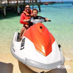 aventura-jet-ski-wave-runner-adventure-bay-cancun-filho-e-pai-preparando-para-sair