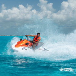 aventura-jet-ski-wave-runner-adventure-bay-cancun-homem-pilotando