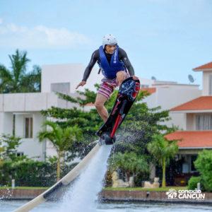 homem praticando o Hoverboard Water