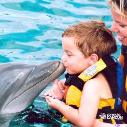 dolphin-discovery-catamara-encontro-golfinho-isla-mujeres-cancun-beijo-crianca