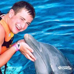 dolphin-discovery-catamara-encontro-golfinho-isla-mujeres-cancun-beijo-garoto
