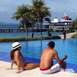 dolphin-discovery-catamara-encontro-golfinho-isla-mujeres-cancun-casal-na-piscina
