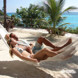 dolphin-discovery-catamara-encontro-golfinho-isla-mujeres-cancun-casal-na-rede