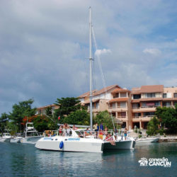 dolphin-discovery-catamara-swim-adventure-isla-mujeres-cancun-barco-no-canal