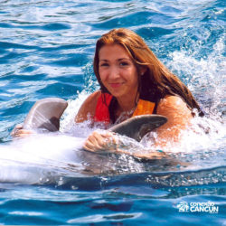 dolphin-discovery-catamara-swim-adventure-isla-mujeres-cancun-belly-ride-mulher