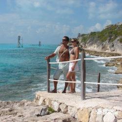 dolphin-discovery-catamara-swim-adventure-isla-mujeres-cancun-casal-posa-para-foto-na-praia