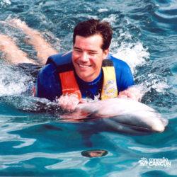 dolphin-discovery-catamara-swim-adventure-isla-mujeres-cancun-homem-nada-com-golfinho