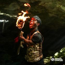 espetaculos-captain-hook-cancun-ator-soprando-o-fogo