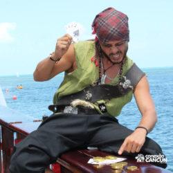 espetaculos-jolly-roger-barco-pirata-isla-mujeres-cancun-pirata-jogando-poker